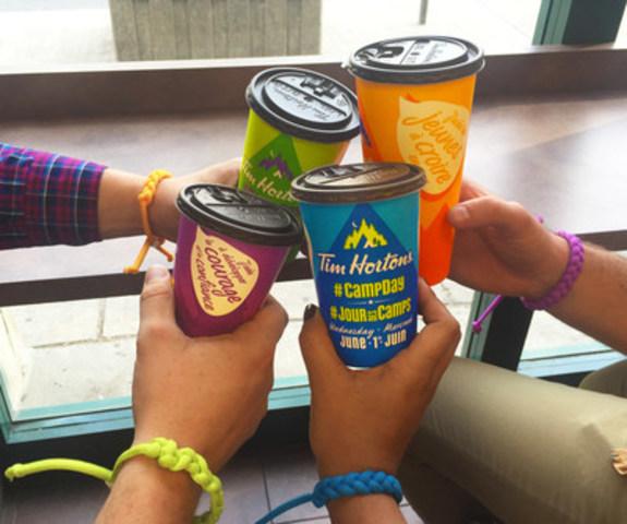 À l'occasion du 25e anniversaire du Jour des camps, Tim Hortons a conçu des gobelets rappelant les façons dont le Jour des camps peut aider la vie d'un enfant à prendre un nouveau tournant. Offerts en quatre couleurs différentes (orange, vert, bleu et mauve), ces gobelets affichent des bulles de texte qui soulignent l'impact que l'achat d'un café peut avoir sur le séjour au camp de l'enfant, notamment : J'aide les jeunes à croire en eux; J'aide à créer un avenir plus prometteur; J'aide à développer le courage et la confiance; J'aide les jeunes à être à leur meilleur. (Groupe CNW/Tim Hortons)