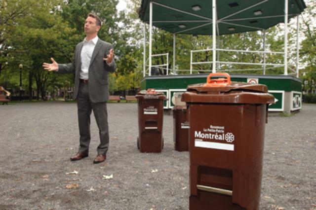 Le maire de Rosemont-La Petite-Patrie, Francois W. Croteau, expliquant son plan vert lors d'un point de presse, aujourd'hui, au parc Molson.(Groupe CNW/COMMUNIQUES MONTREAL)