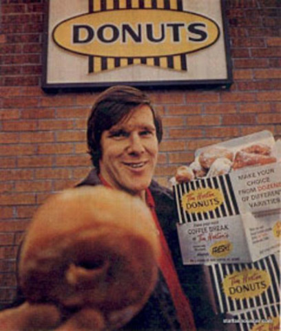 Le 17 mai 1964, Tim Horton a ouvert le premier restaurant Tim Hortons à Hamilton, en Ontario. Aujourd'hui, l'entreprise célèbre son 50e anniversaire en retournant en arrière au Yonge-Dundas Square de Toronto, en transformant ce coin très animé en une scène des années 60 avec une réplique du « Store No. 1 », le premier restaurant Tim Hortons de 1964. (Groupe CNW/Tim Hortons)
