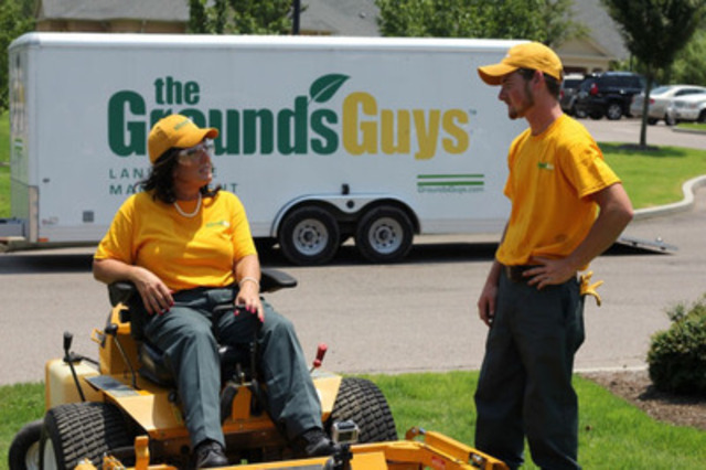 Dina Dwyer-Owens, Chairwoman and CEO of The Dwyer Group, a holding company for The Grounds Guys and six other home improvement brands, goes undercover in the second episode of Season Three of UNDERCOVER BOSS. In this shot, she's seen on her job with an employee of The Grounds Guys. (CNW Group/The Grounds Guys)