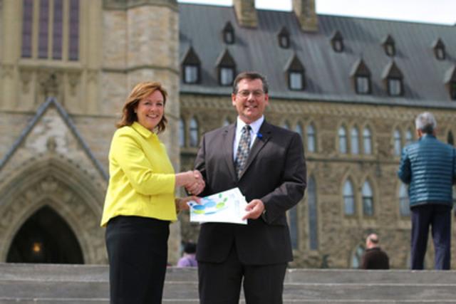 La chef du développement de la littératie financière, Jane Rooney, et le ministre d'État (Finances) Kevin Sorenson (Groupe CNW/Agence de la consommation en matière financière du Canada)