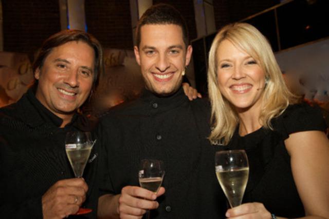 Le grand gagnant de l'édition 2011 de l'émission Les Chefs à Radio-Canada: Guillaume St-Pierre, entouré de Daniel Vézina et Julie Bélanger (Groupe CNW/SOCIETE RADIO-CANADA)