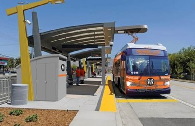 Rendering of the Proposed Overhead Charging System for the Los Angeles County Metropolitan Transit Authority LA Metro Orange Line Electric Bus Program (New Flyer's Xcelsior® XE60 Articulated Electric Bus shown with a Siemens Overhead Rapid Charger). (CNW Group/New Flyer Industries Inc.)