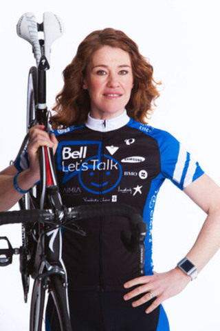 Clara Hughes dévoile son maillot officiel pour le Grand Tour de Clara pour Bell Cause pour la cause. (Groupe CNW/Bell Canada)