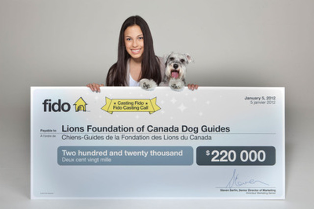 Le grand gagnant du concours Casting Fido, le chien Speedy, et sa maîtresse Camila Gonzalez de passage à Montréal pour un traitement VIP et la remise d'un chèque de 220 000$ aux Chiens-Guide de la Fondation des Lions du Canada. (Groupe CNW/CASTING FIDO)