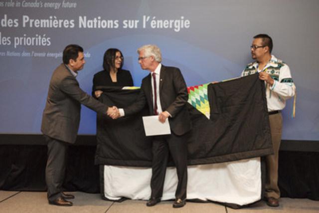 Le ministre des Ressources naturelles du Canada, l'honorable Jim Carr, accepte un cadeau du chef Ian Campbell lors du forum sur l'énergie de l'Assemblée des premières nations à Vancouver le 10 février. (Groupe CNW/Ressources naturelles Canada)