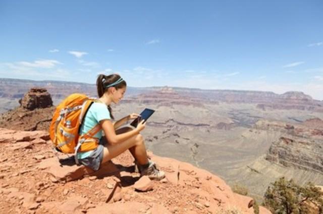 Les Canadiens qui voyagent aiment rester en contact avec leurs univers. (Groupe CNW/Hotels.com)