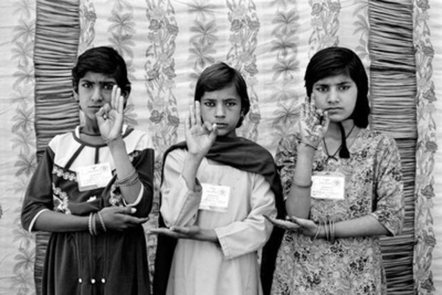 Gauri Gill (Inde), 12 portraits Balika Mela tirés de la série Portraits Balika Mela, 2003, impression pigments sur papier de qualité archive, 76 x 102 cm. Courtoisie de l'artiste (Groupe CNW/AEROPLAN CANADA INC.)