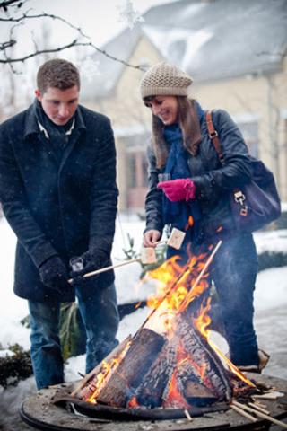 Roasting Icewine Marshmallows in January (CNW Group/Wine Country Ontario)