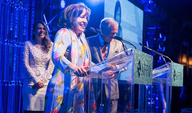 Nathalie pilon acceptant le prix (Groupe CNW/ABB inc.)