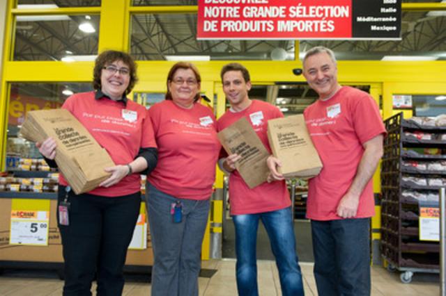 Le 28 septembre dernier, des employés du Casino du Lac-Leamy ont récolté des sacs bien remplis à la sortie des épiceries de la région pour venir en aide à Moisson Outaouais, lors de la Grande journée de bénévolat sur le thème Par pur plaisir de donner! (Groupe CNW/LOTO-QUEBEC)