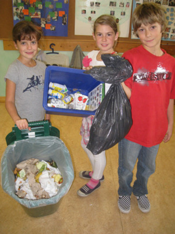 Waste-Free Lunch Challenge (WFLC) winners display their daily recycling, composting and garbage. Over 200,000 students participated in the 2011 WFLC; Burlington's Halton Waldorf School is one of 30 grand prize winners. WFLC was developed by the Recycling Council of Ontario in partnership with Metro Ontario and Tetra Pak Canada. (CNW Group/Recycling Council of Ontario)