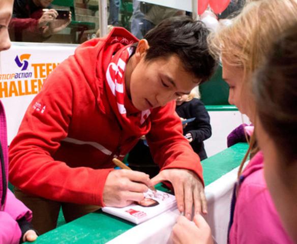 L'athlète olympique de Coca-Cola Canada, Patrick Chan, a surpris des jeunes lors de l'événement à Toronto de ParticipACTION Jeunesse le 10 décembre. (Groupe CNW/Coca-Cola Canada)