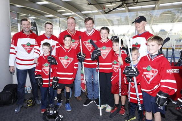 Canadian Tire et Wayne Gretzky ont surpris une heureuse famille et ses amis en leur offrant l'occasion unique de jouer une partie de hockey-balle avec « la Merveille » à une patinoire extérieure locale. (Groupe CNW/SOCIETE CANADIAN TIRE LIMITEE)