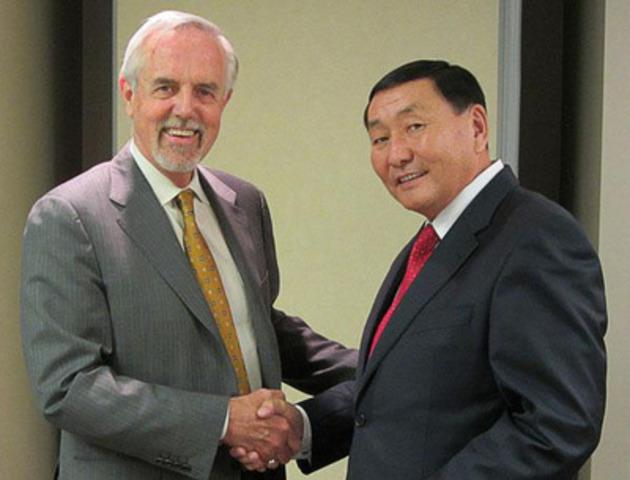 John Walter, directeur général du Conseil canadien des normes et Enkhtaivan Gurjav, le président intérimaire de la Mongolian Agency for Standards and Metrology. (Groupe CNW/Conseil canadien des normes)