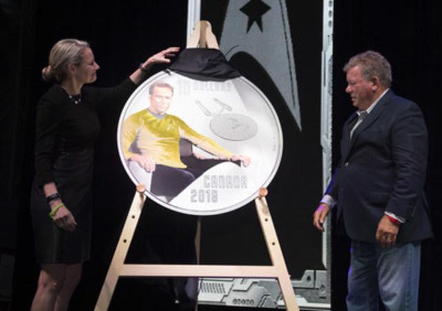 La présidente de la Monnaie royale canadienne, Sandra Hanington et l'acteur William Shatner dévoilent la première pièce d'une nouvelle collection marquant le 50e anniversaire de la série originale de Star Trek au Musée de l'aviation et de l'espace du Canada à Ottawa (Ontario), le 12 mai 2016. (Groupe CNW/Monnaie royale canadienne)