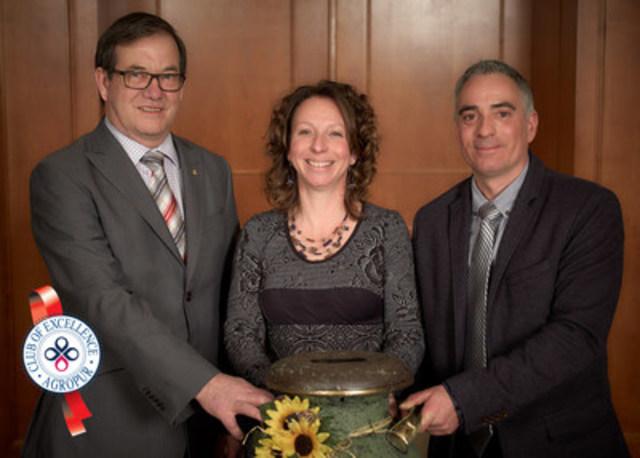De gauche à droite - Serge Riendeau, président d'Agropur, accompagné d'Isabelle Richard et de David Sévigny de la Ferme Jovigny (lauréate du concours) (Groupe CNW/Agropur)