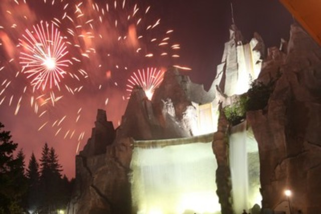 Fireworks light up the sky behind Wonder Mountain. (CNW Group/Canada's Wonderland Company)