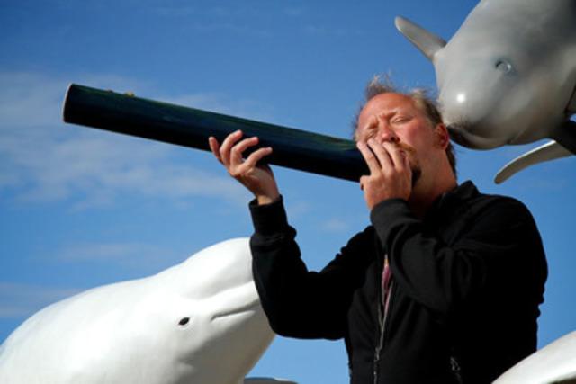 Simon Chante avec les Bélugas (Groupe CNW/Groupe de recherche et d'éducation sur les mammifères marins (GREMM))