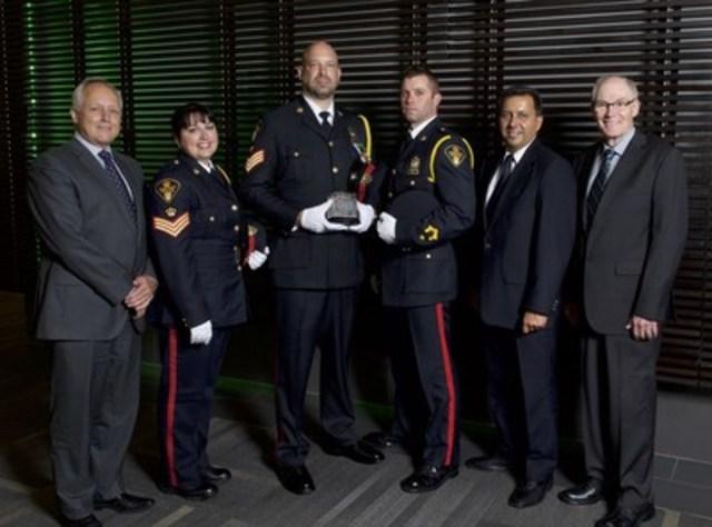 De gauche à droite : Richard Wall, chef du département de la Monnaie; la sergente Lisa Nowosad, le sergent Dave Kozicki et le constable Mike Scanlan, agents du service de police de Saskatoon; Mario Harel, président de l'Association canadienne des chefs de police; et Clive Weighill, chef du service de police de Saskatoon. (Groupe CNW/Banque du Canada)