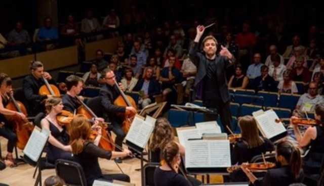 Jean-Philippe Tremblay devient le nouveau directeur musical de l'orchestre de Chambre Appassionata. Vous le voyez ici dirigeant les stagiaires de l'été 2016 de l'orchestre de la francophonie (OF). (Groupe CNW/Appassionata)