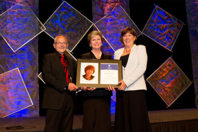 Beverley Briscoe (à droite), administratrice de Goldcorp Inc., reçoit son titre de fellow de l'IAS 2012 des mains de Donna Soble Kaufman (au centre), présidente du conseil de l'IAS, et de Michael Calyniuk (à gauche), président du conseil de la section de la Colombie-Britannique de l'IAS. (Groupe CNW/Institut des administrateurs de sociétés (IAS))