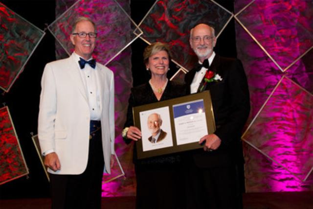 Robert Bertram (à droite), administrateur de Nexen Inc., reçoit son titre de fellow de l'IAS 2012 des mains de Donna Soble Kaufman (au centre), présidente du conseil de l'IAS et de Jim Leech (à gauche), président et chef de la direction du Régime de retraite des enseignantes et des enseignants de l'Ontario. (Groupe CNW/Institut des administrateurs de sociétés (IAS))
