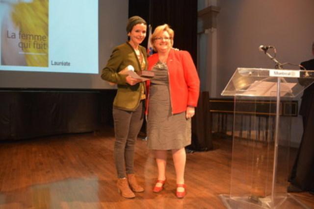 La lauréate du Grand prix du livre 2016, Mme Anaïs Barbeau-Lavalette accompagnée de la conseillère associée à la culture, au patrimoine, et au design, Mme Chantal Rossi (Groupe CNW/Ville de Montréal - Cabinet du maire et du comité exécutif)